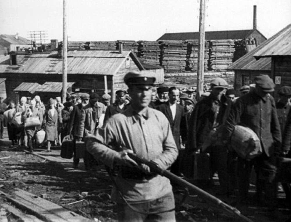 Η περίφημη φράση «δεν υπάρχει φρούριο απόρθητο για τους μπολσεβίκους» κατέληξε να σημαίνει ότι δεν υπάρχει κοινωνικό πρόβλημα που να μη λύνεται με τρομοκρατικά μέσα μ' αυτά τα μέσα λύθηκε το αγροτικό πρόβλημα, μ' αυτά λύθηκε το εργατικό πρόβλημα και μ' αυτά τα μέσα λύθηκε και το πρόβλημα των εθνικοτήτων που έδειχναν την παραμικρή διάθεση ανεξαρτησίας.