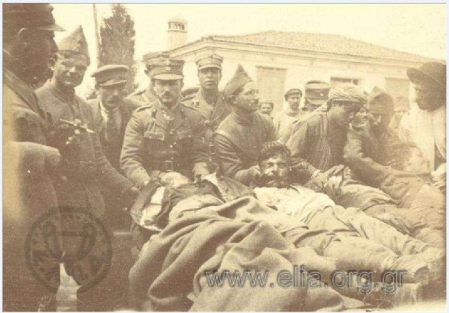 Έλληνες στρατιώτες κρατώντας νεκρούς συμπολεμιστές τους. Μικρά Ασία 1919-1920.