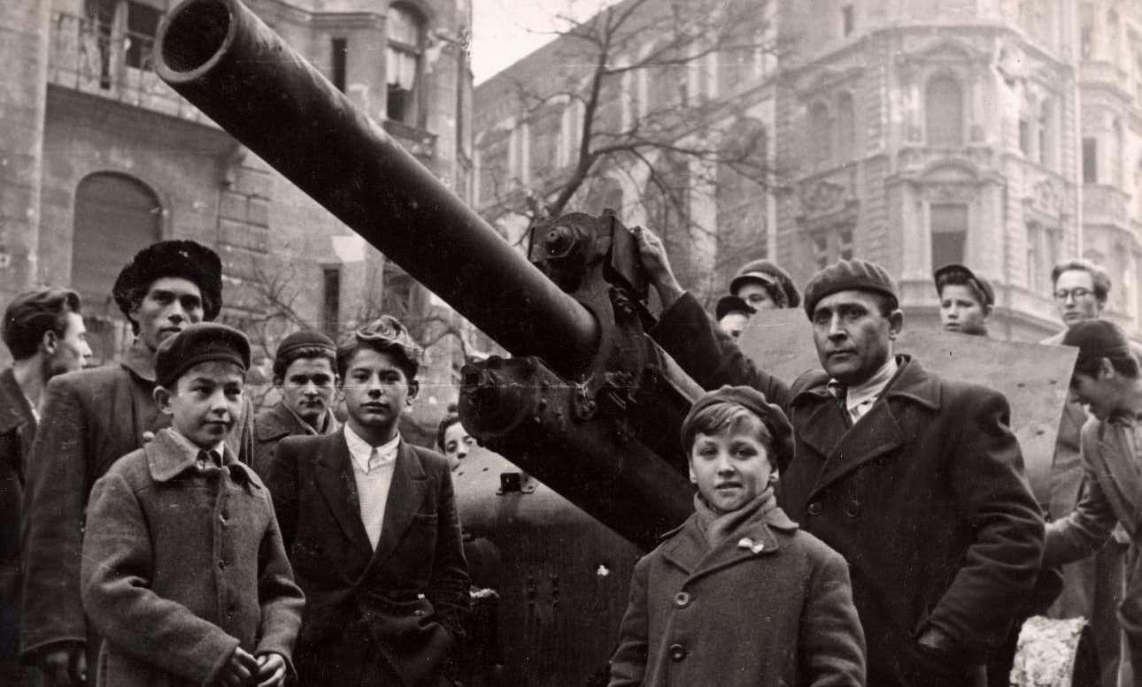 Η εξέγερση στην Ουγγαρία (1956). Πολίτες κάθε ηλικίας ποζάρουν μπροστά από ένα τεθωρακισμένο που έχουν καταλάβει στις πρώτες ημέρες της εξέγερσης. Ύστερα ήρθαν τα σοβιετικά τεθωρακισμένα.