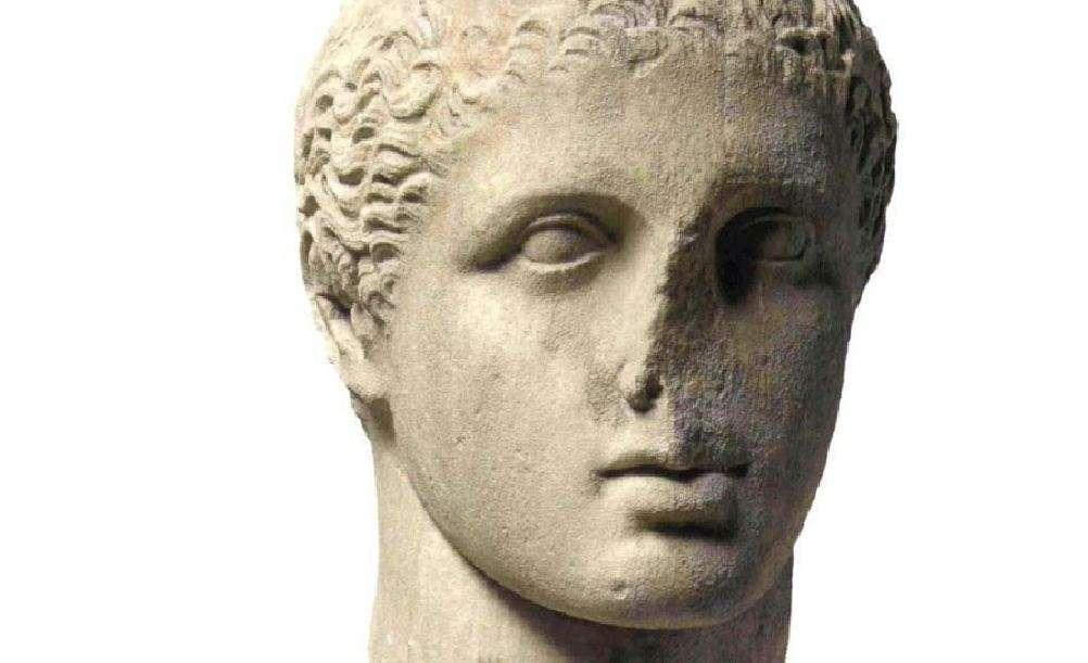 Κεφαλή νέου αθλητή, πιθανόν από ταφικό ναΐσκο, περίπου 330 π.Χ. Αρχαιολογικό Μουσείο Πειραιώς. Head of a new athlete, probably from a funerary temple, about 330 BC. Archaeological Museum of Piraeus.