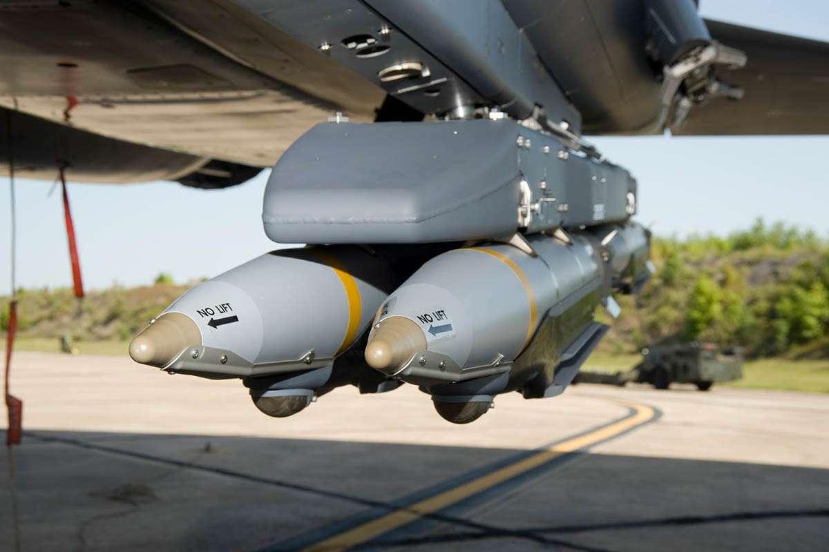 Ένα από τα πιο εξελιγμένα αεροπορικά όπλα των Ηνωμένων Πολιτειών είναι η «Βόμβα Μικρής Διαμέτρου» (Small Diameter Bomb / SDB). Το έξυπνο αυτό όπλο μπορεί να μεταφερθεί στον στόχο του στην εσωτερική αποθήκη οπλισμού ενός πανάκριβου μαχητικού αεροσκάφους stealth F – 35 ή πάνω σε μια ρουκέτα του πολλαπλού εκτοξευτή ρουκετών MLRS, επιτυγχάνοντας βεληνεκές περίπου 150 χλμ.