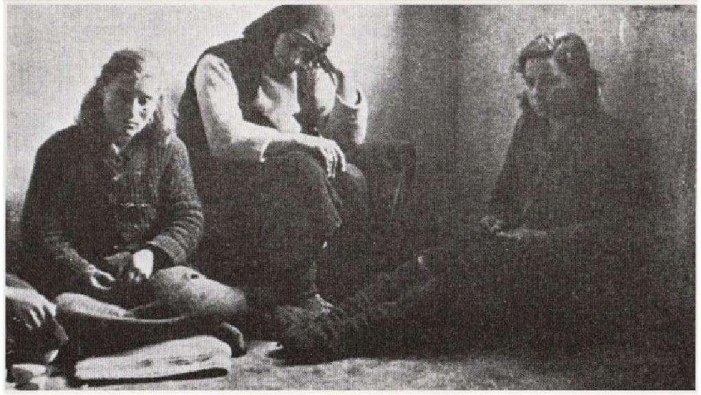 Γυναίκες κρατούμενες στις φυλακές της Δράμας κατά τη διάρκεια του ελληνικού εμφυλίου. Έχουν συλληφθεί με την κατηγορία της «βοήθειας προς τον εχθρό».