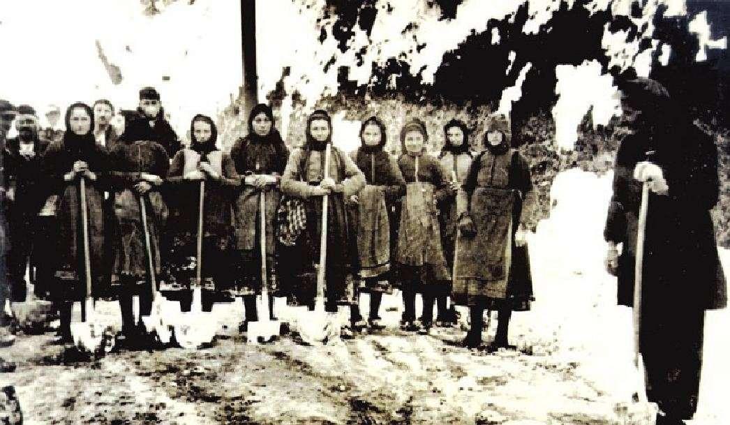 Γυναίκες της Ηπείρου εργάζονται στη διάνοιξη δρόμου για τον Ελληνικό Στρατό κατά τον πόλεμο του 1940.