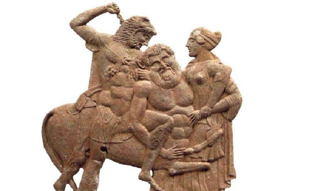 """«Μηλιακό» ανάγλυφο Ηρακλής και Νέσσος. Από τάφο της Τροιζήνας (460-450 π.Χ.) Αρχαιολογικό Μουσείο Πειραιώς. """"Milliko"""" relief of Hercules and Nessos. From the tomb of Troizina (460-450 BC) Archaeological Museum of Piraeus."""