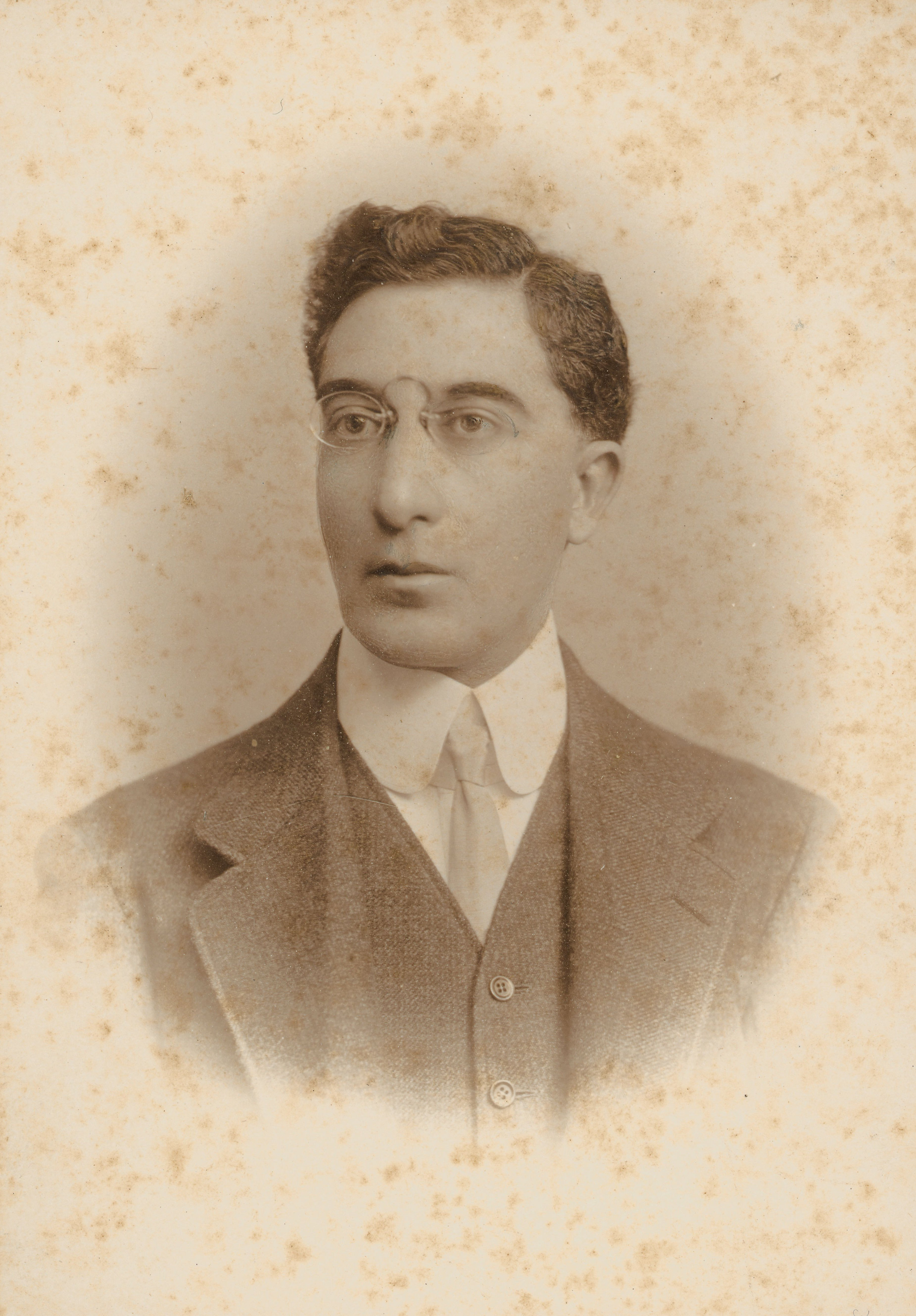 Κωνσταντίνος Καβάφης (Αλεξάνδρεια, 29 Απριλίου 1863 (17 Απριλίου με το π.η.) - Αλεξάνδρεια, 29 Απριλίου 1933)