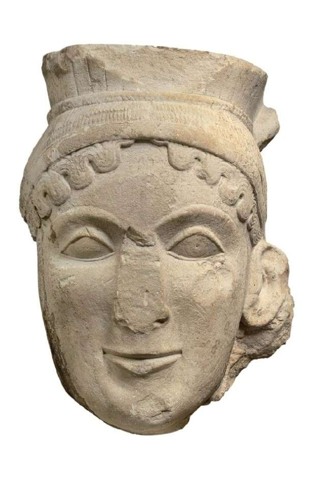 Κολοσσική γυναικεία κεφαλή από ασβεστόλιθο· πιθανόν από λατρευτικό άγαλμα της Ήρας ή αετωματική μορφή Σφίγγας. Πρ Colossal female head of limestone; probably from a cult statue of Hera or a pediment of Sphinx. Laconic workshop, around 600 BC Archaeological Museum of Olympia.οϊόν λακωνικού εργαστηρίου, γύρω στα 600 π.Χ. Αρχαιολογικό Μουσείο Ολυμπίας.