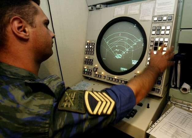 Ένας αξιωματικός της Ελληνικής Πολεμικής Αεροπορίας χειρίζεται το ραντάρ πυραύλων αεροπορικής άμυνας Patriot στην αεροπορική βάση του Τατοΐου, στις 27 Ιουλίου 2004. Δεκάδες νέα βλήματα Pac 3 (Patriot Advanced Capability) ήταν οπλισμένα και έτοιμα σε τρεις θέσεις γύρω από την λεκάνη της Αττικής παρέχοντας μια αεροπορική αμυντική ομπρέλα πάνω από την ελληνική πρωτεύουσα ως μέρος ενός μαζικού σχεδίου ασφάλειας για την προστασία των επερχόμενων Ολυμπιακών Αγώνων της Αθήνας 2004. REUTERS/Yiorgos Karahalis
