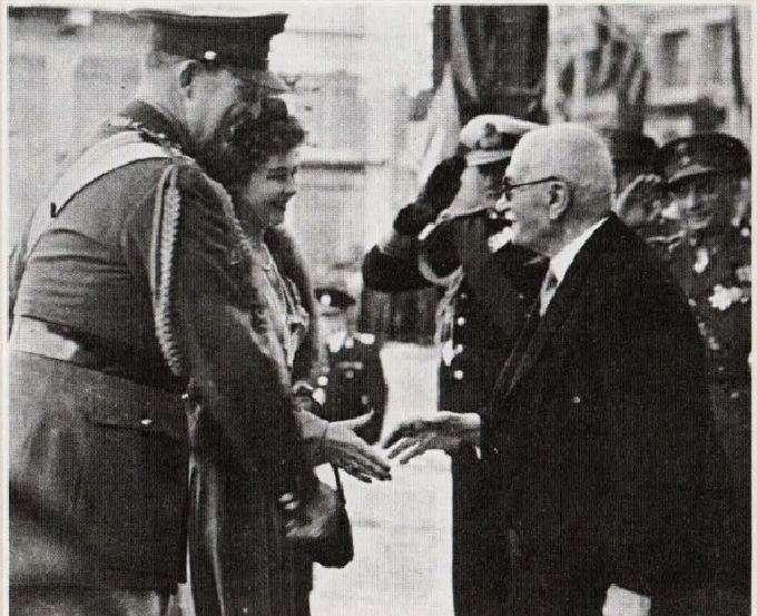 Ο πρωθυπουργός Θεμιστοκλής Σοφούλης υποδέχεται το βασιλικό ζεύγος (25η Μαρτίου 1948)