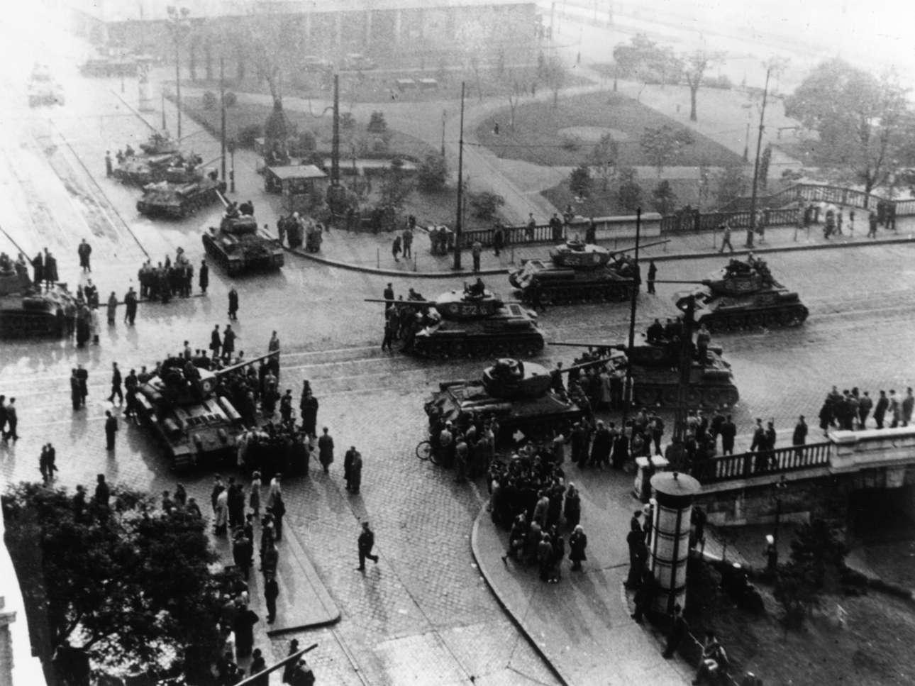 Η εξέγερση στην Ουγγαρία (1956). Σοβιετικά τεθωρακισμένα στο κέντρο της Βουδαπέστης. Για κάποιες μέρες είχε επικρατήσει η εσφαλμένη εντύπωση ότι οι Σοβιετικοί αποχωρούσαν. Τελικά στράφηκαν κατά των εξεγερμένων Ούγγρων. Οι νεκροί ξεπέρασαν τις 2.500.