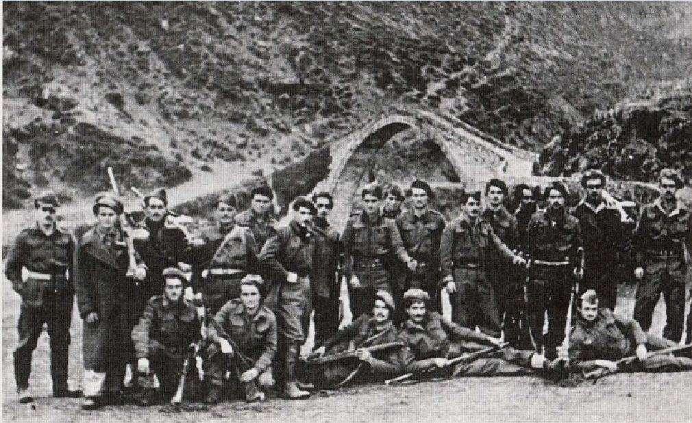 Στρατιώτες του Εθνικού Στρατού μπροστά σε πέτρινο γεφύρι του Άραχθου.