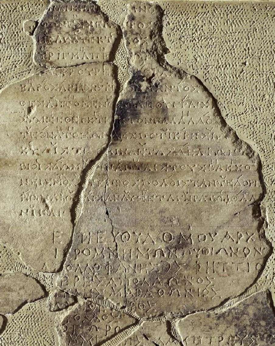 Στην αρχή των δύο παιάνων ο ποιητής καλεί τις Μούσες να κατέβουν από τον Ελικώνα, για να τραγουδήσουν κι αυτές προς τιμήν του Φοίβου στον Παρνασσό.