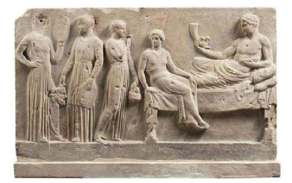 Αναθηματικό ανάγλυφο αφιερωμένο στο θεό Διόνυσο από ομάδα ηθοποιών μετά από κάποια παράσταση. Γύρω στο 400 π.Χ. Εθνικό Αρχαιολογικό Μουσείο. A votive relief dedicated to Dionysus by a group of actors after a show. Around 400 BC National Archaeological Museum.