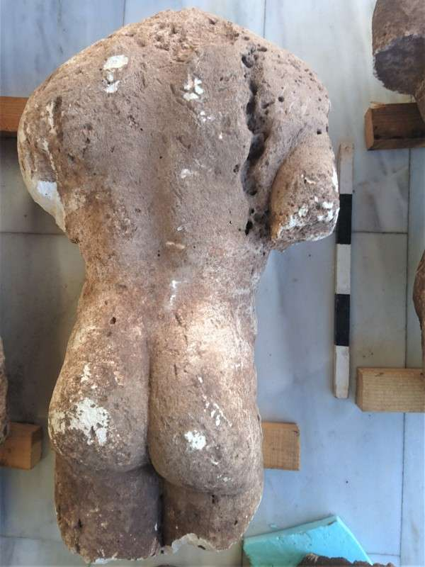 """Οι «κούροι της Αταλάντης». The """"Ault of Atalanti"""". Η αρχαιολογική έρευνα ξεκίνησε με αφορμή την υπόδειξη νέας αρχαιολογικής θέσης από ιδιοκτήτη αγροτεμαχίου της κτηματικής περιφέρειας Αταλάντης, όταν κατά τη διάρκεια άροσης, εντόπισε πώρινο κορμό γυμνού ανδρικού αγάλματος αρχαϊκών χρόνων στον τύπο του κούρου (σωζ. ύψους 0.86μ) και ειδοποίησε άμεσα την Αρχαιολογική Υπηρεσία."""