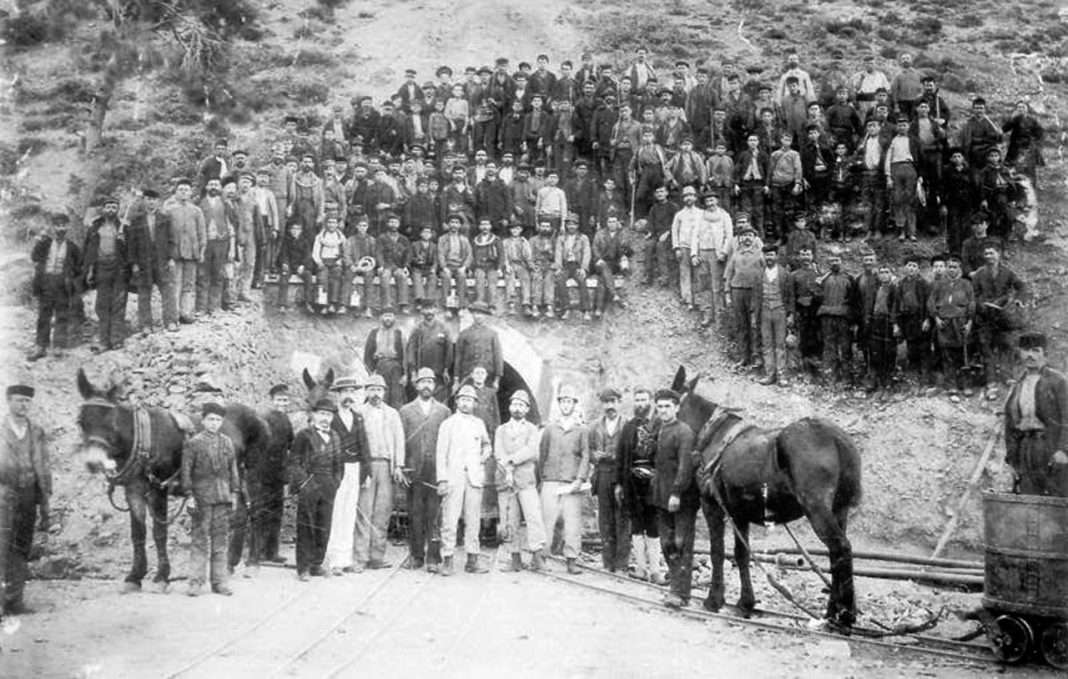 Εργάτες στα ορυχεία του Λαυρίου το 1896.