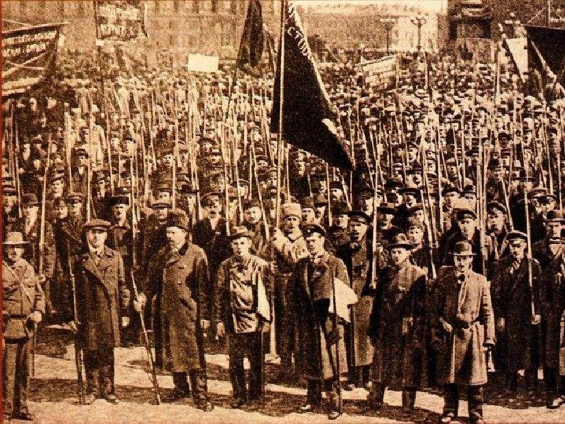 Η «Κόκκινη Φρουρά» της Πετρούπολης σε διαδήλωση την πρωτομαγιά του 1917.