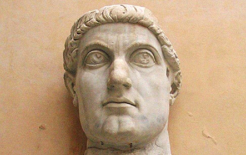 Ο Φλάβιος Βαλέριος Αυρήλιος Κωνσταντίνος (Flavius Valerius Aurelius Constantinus) γεννήθηκε στις 27 Φεβρουαρίου του 272.