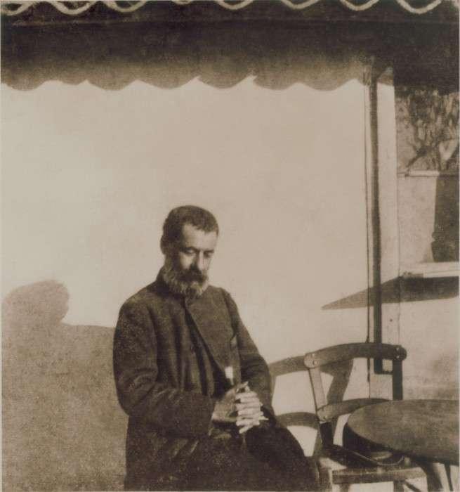 Ο Αλέξανδρος Παπαδιαμάντης στη φωτογραφία που τράβηξε ο Παύλος Νιρβάνας στο καφενείο της Δεξαμενής.