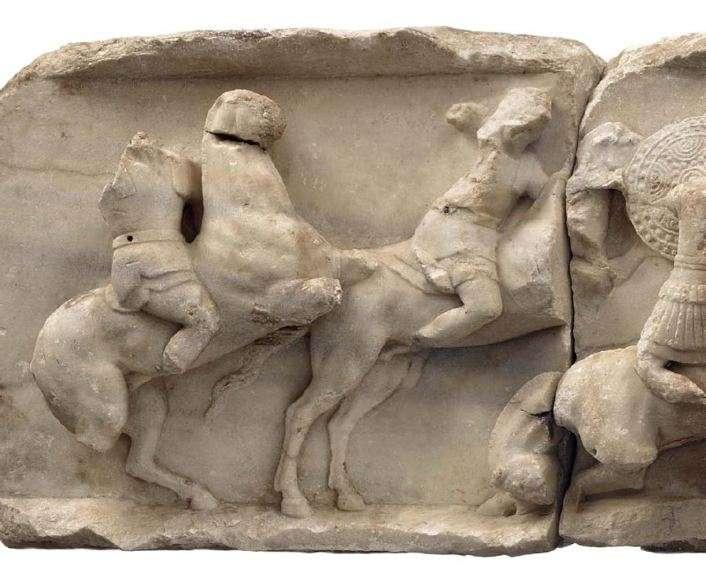 Η ζωφόρος της στήλης του Αιμίλιου Παύλου· παράσταση με τη μάχη της Πύδνας (λεπτομέρεια).168 π.Χ. Αρχαιολογικό Μουσείο Δελφών.