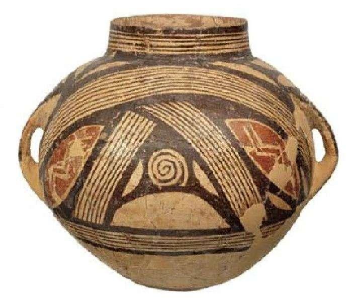 Πήλινο σφαιρικό αγγείο. Αριστούργημα του κεραμικού ρυθμού Διμηνίου. Δίμηνι Μαγνησίας. Πρώιμες φάσεις Νεότερης Νεολιθικής περιόδου (5.300-4.800 π.Χ.). Εθνικό Αρχαιολογικό Μουσείο. Clay spherical vase. The masterpiece of the ceramic pace Dimmini. Deminis Magnisias. Early phases of the Newer Neolithic period (5,300-4,800 BC). National Archaeological Museum.