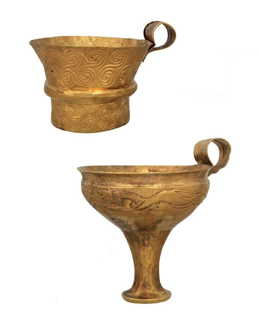 Χρυσό κύπελλο και χρυσή κύλικα με σπείρε και παραστάσεις λιονταριών που τρέχουν. 16ος αιώνας π.Χ. Μυκήνες. Εθνικό Αρχαιολογικό Μουσείο. Gold cup and golden cup with snakes and lions running. 16th century BC Mycenae. National Archaeological Museum.