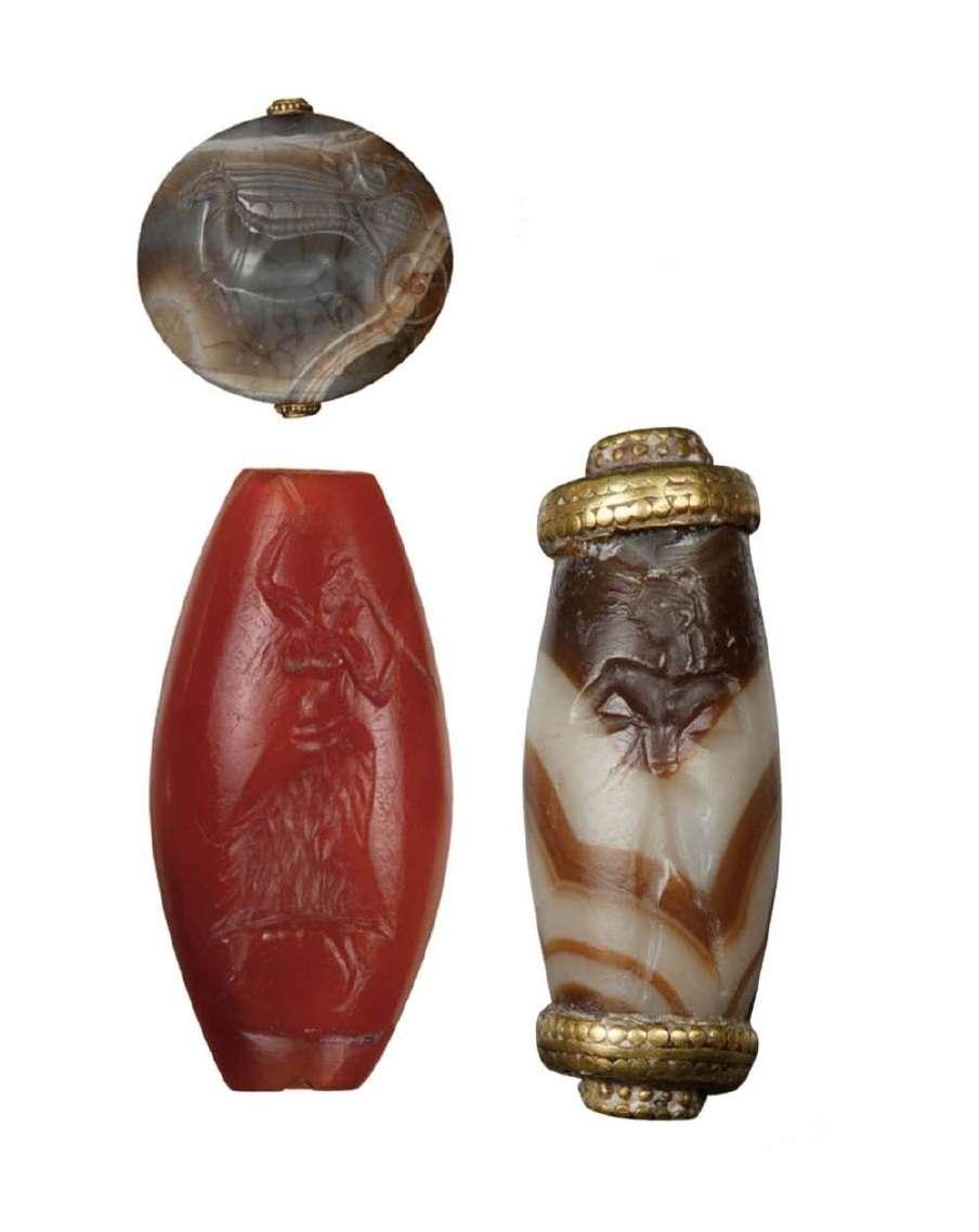 Φακοειδής σφραγιδόλιθος με μορφή άρματος και δυο ωοειδείς σκηνές με ιερέα που χορεύει και ανθρώπινης μορφής. Ημιπολύτιμοι λίθοι και χρυσός. Θολωτός τάφος Βαφειού και θαλαμωτοί τάφοι Μυκηνών. 15ος-14ος αιώνας π.Χ. Μυκήνες. Εθνικό Αρχαιολογικό Μουσείο.