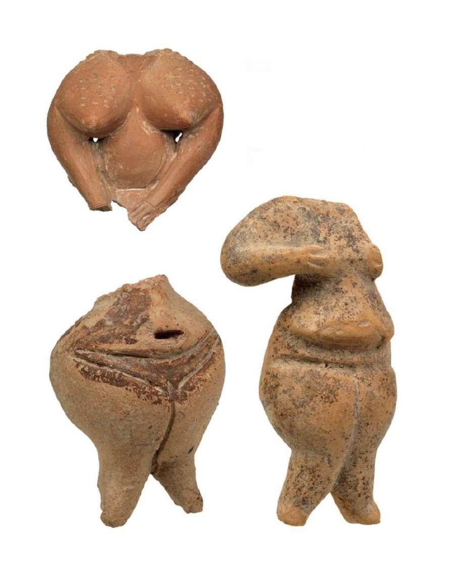 Πήλινα γυναικεία ειδώλια (τμήματα). Μέση Νεολιθική Περίοδος (5.800-5300 π.Χ.) Αλές Λοκρίδος (πάνω αριστερά) και Νεολιθικός οικισμός Σέσκλου Μαγνησίας. Εθνικό Αρχαιολογικό Μουσείο. Αθήνα.