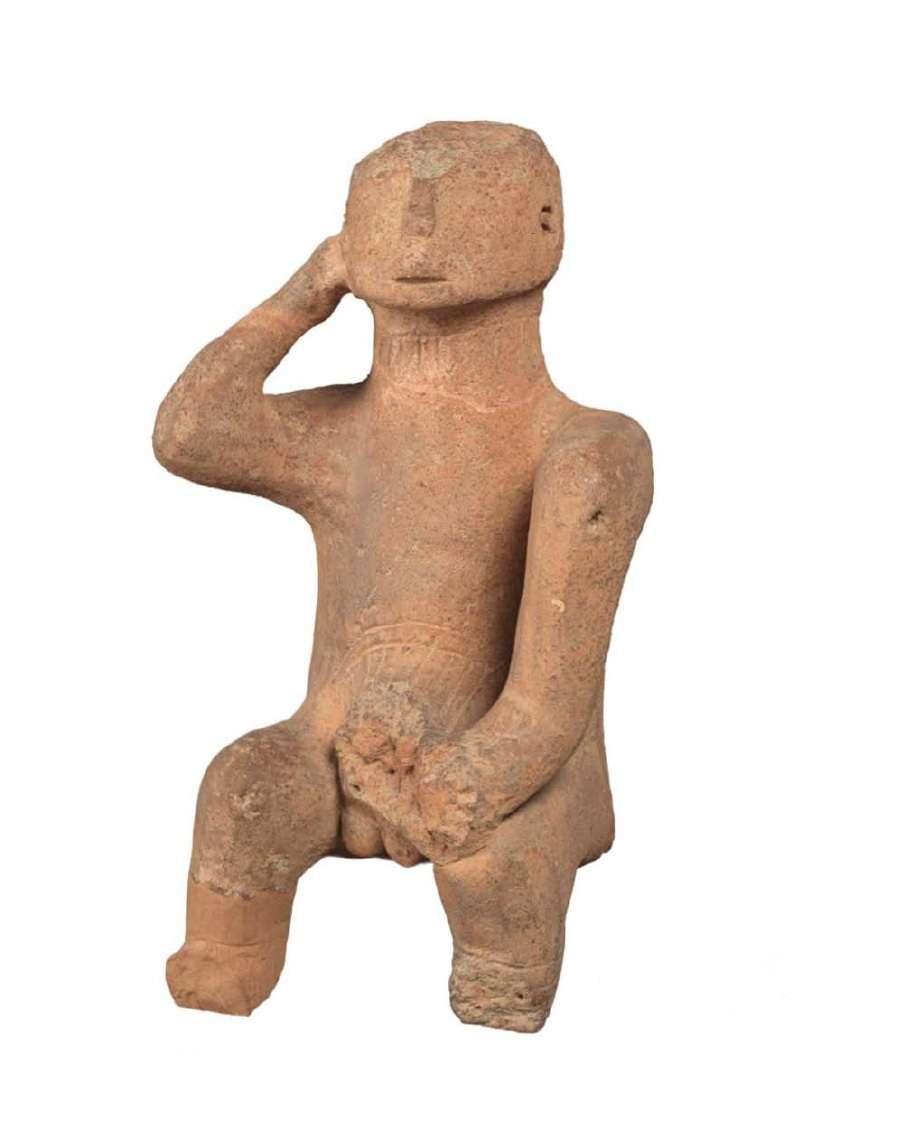 """Ο «Στοχαστής». Μοναδικό, μεγάλο συμπαγές ειδώλιο καθιστού άνδρα της Τελικής Νεολιθικής Περιόδου (4500-3300 π.Χ.)· από την περιοχή της Καρδίτσας στη Θεσσαλία. Το μεγαλύτερο έως τώρα έργο της Νεολιθικής Εποχής που αγγίζει τα όρια της μνημειακής πλαστικής. The """"Thinker"""". Unique, large solid figurine of a man of the Final Neolithic Period (4500-3300 BC); from the region of Karditsa to Thessaly. The largest ever work of the Neolithic Age that touches the boundaries of monumental plastics. National Archaeological Museum. Athena."""