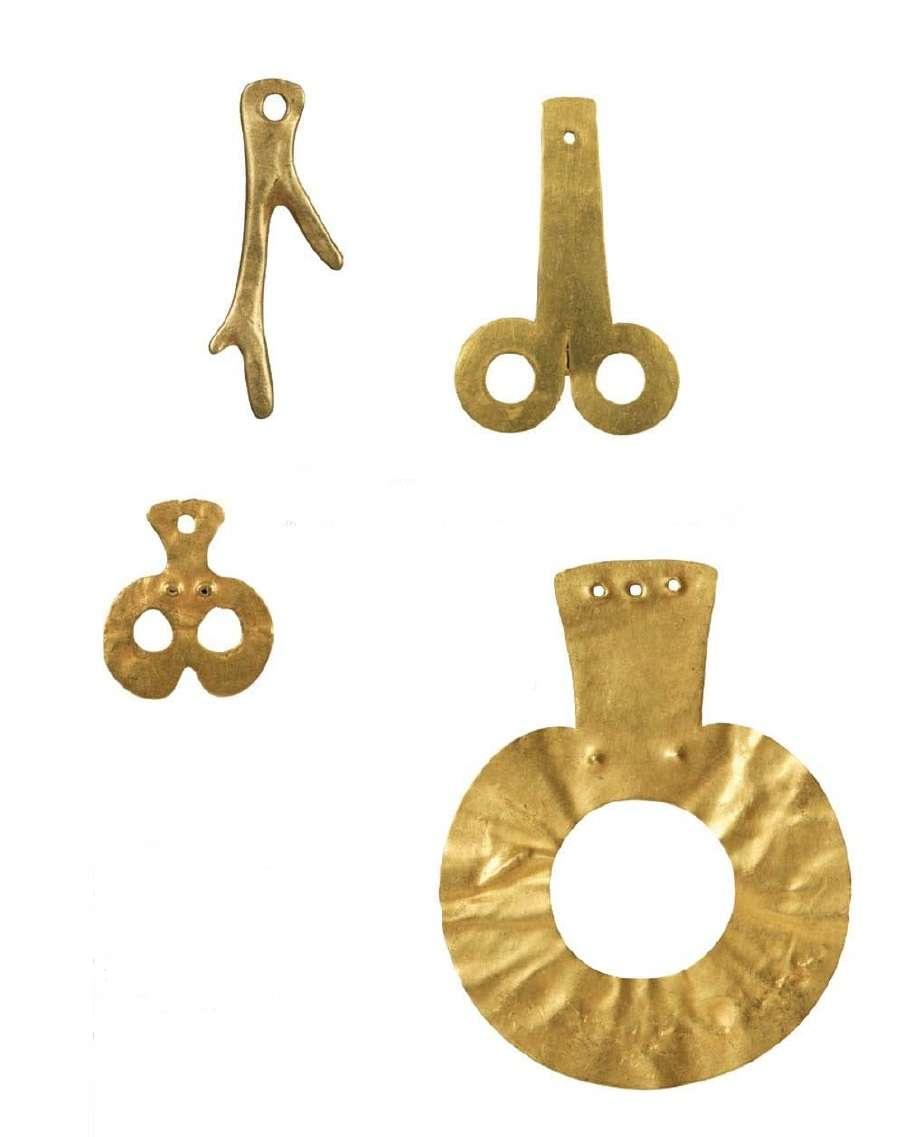 Χρυσά περίαπτα (αντικείμενα που θεωρείται πως έχουν μαγικές και αποτροπαϊκές ικανότητες) κατασκευασμένα με σφυρήλατα ελάσματα· γυναικεία μορφή και φαλλός (επάνω). Τελική Νεολιθική Περίοδος (4500-3300 π.Χ.) Εθνικό Αρχαιολογικό Μουσείο. Αθήνα. Golden pendants (objects that are considered to have magical and apatropic abilities) made of forged blades; female form and phallus (on top). Final Neolithic Period (4500-3300 BC) National Archaeological Museum. Athena.