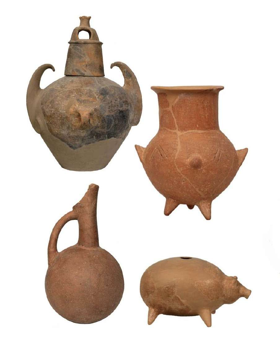 Αγγείο με δύο κατακόρυφες λαβές (πάνω αριστερά)· τριποδικός αμφορίσκος (πάνω δεξιά)· φλασκοειδής πρόχους (κάτω αριστερά) και πλαστικό αγγείο σε σχήμα χοίρου. Πολιόχνη της Λήμνου. Β' μισό της 3ης χιλιετίας π.Χ. Εθνικό Αρχαιολογικό Μουσείο. Αθήνα.