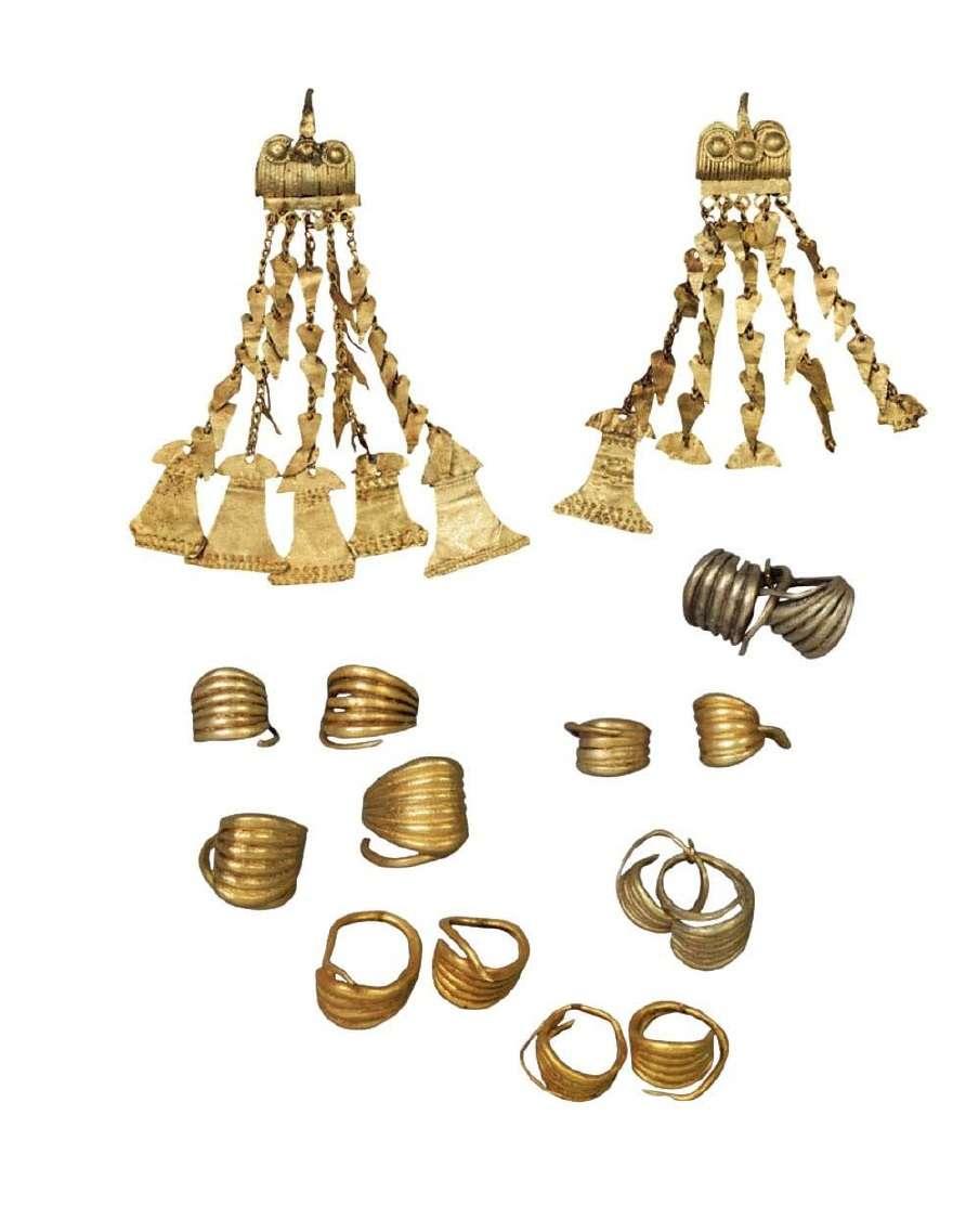 Θησαυρός χρυσών κοσμημάτων: ενώτια (σκουλαρίκια) διάφορων τύπων· εξαίσια δείγματα χρυσοχοΐας με την εφαρμογή της κοκκιδωτής της συρματερής και της έκτυπης τεχνικής. Τροία. Β' μισό της 3ης χιλιετίας π.Χ. Εθνικό Αρχαιολογικό Μουσείο. Αθήνα.