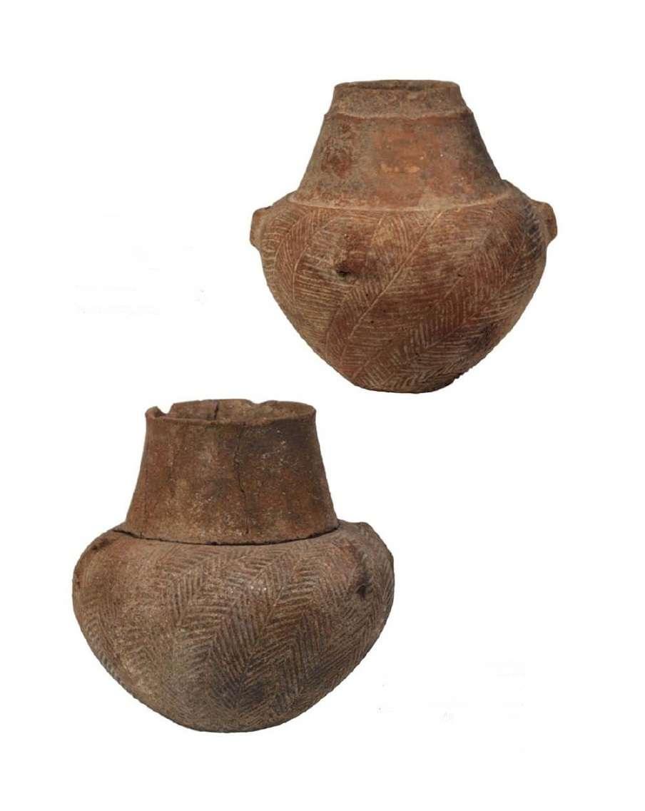 Πήλινο κύπελλο με πόδι και ραμφόστομο αγγείο. Πρωτοκυκλαδικό νεκροταφείο της Χαλανδριανής Σύρου. Πρωτοκυκλαδική ΙΙ περίοδος· φάση Κέρου-Σύρου. 2800-2300 π.Χ. Πήλινο κρατηρόσχημο αγγείο. Πρωτοκυκλαδική Ι περίοδος· φάση Γκρόττας-Πηλού (3200-2800 π.Χ.). Εθνικό Αρχαιολογικό Μουσείο. Αθήνα.