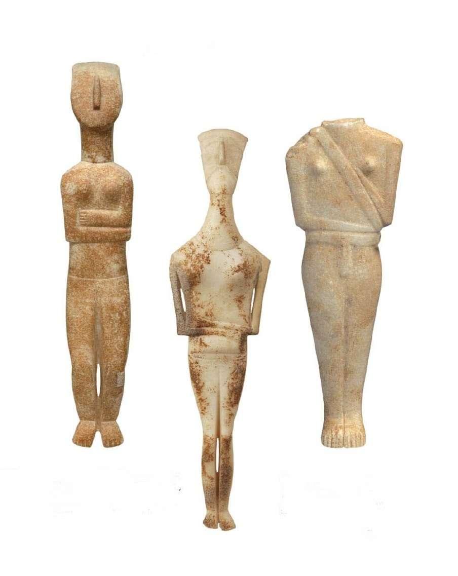Μαρμάρινα ειδώλια από τη Νάξο· αποδίδουν χαρακτηριστικό τύπο γυναικείας μορφής σε κατάσταση εγκυμοσύνης. Πρωτοκυκλαδική ΙΙ περίοδος· φάση Κέρου-Σύρου. 2800-2300 π.Χ. Εθνικό Αρχαιολογικό Μουσείο. Αθήνα.