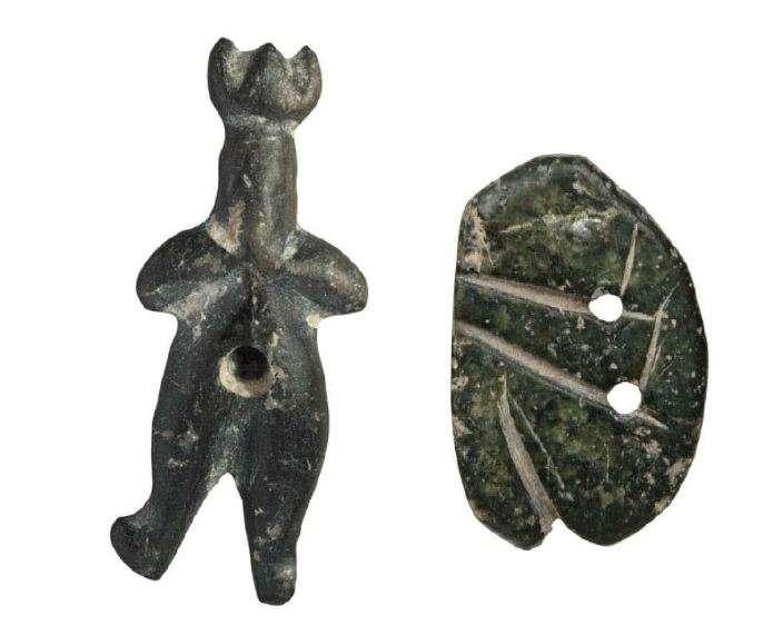 Λίθινο ανθρωπόμορφο περίαπτο από μαύρο στεατίτη· φορά προσωπείο ή κερασφόρο διάδημα (αριστερά). Νεολιθικός οικισμός στο Σέσκλο Μαγνησίας. Λίθινο πλακίδιο από στεατίτη, πιθανότατα περίαπτο (φυλαχτό, μαγικό αντικείμενο)· με πέντε βασικές χαράξεις αποδίδεται η ανθρώπινη μορφή σε συνεσταλμένη στάση (δεξιά). Διμήνι. Νεότερη ή Τελική Νεολιθική Περίοδος (5300-3300 π.Χ.) Εθνικό Αρχαιολογικό Μουσείο. Αθήνα. Stone anthropomorphous pendant of black steatite; wearing a mask or horned diadem (left). Neolithic settlement in Sesklo, Magnesia. A stone tile made of steatite, probably pendant (amulet, magical object); with five basic incisions the human form is attributed to a stasis (right). Dimini. Newer or Final Neolithic Period (5300-3300 BC) National Archaeological Museum. Athena.