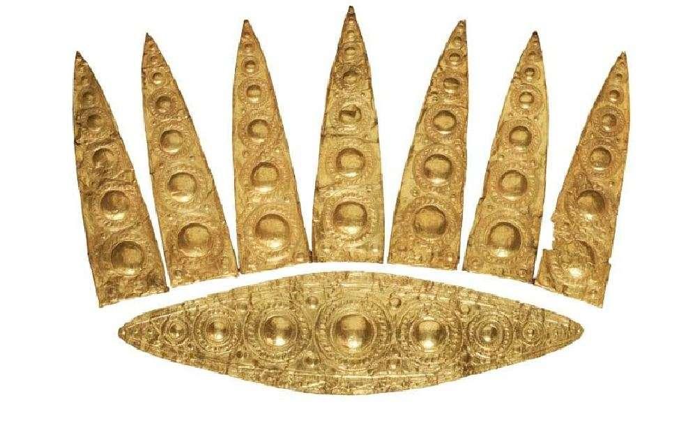 Εντυπωσιακό χρυσό διάδημα με φυλλόσχημα ελάσματα στην κορυφή. 16ος αιώνας π.Χ. Μυκήνες. Εθνικό Αρχαιολογικό Μουσείο.