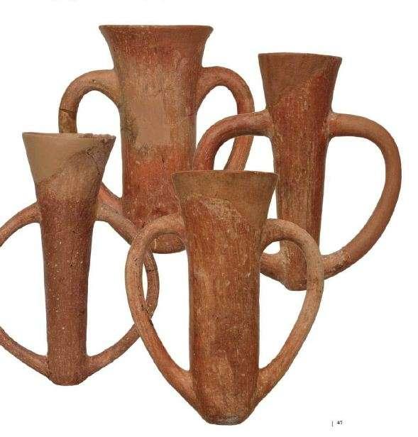Λεπτά, ψηλά χοανόσχημα κύπελλα με δύο μεγάλες λαβές εκατέρωθεν. Πολιόχνη της Λήμνου και Τροία. Β' μισό της 3ης χιλιετίας π.Χ. Εθνικό Αρχαιολογικό Μουσείο. Αθήνα.