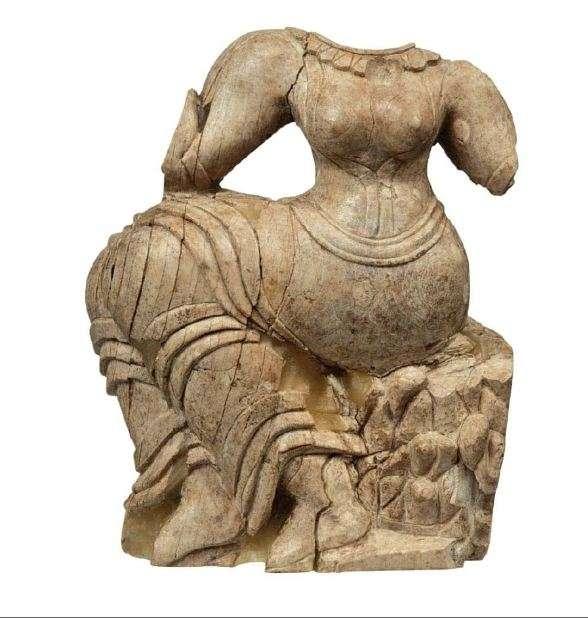 Ελεφάντινο πλακίδιο με γυμνόστηθη γυναικεία μορφή, καθισμένη με χάρη στο βράχο. Ακρόπολη των Μυκηνών, περιοχή του ανακτόρου. 15ος-14ος αιώνας π.Χ. Μυκήνες. Εθνικό Αρχαιολογικό Μουσείο.