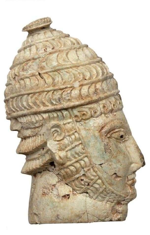 Κεφαλή πολεμιστή με οδοντόφρακτο κράνος από ελεφαντόδοντο ή δόντι ιπποπόταμου. Θαλαμωτός τάφος 27. 14ος αιώνας π.Χ. Μυκήνες. Εθνικό Αρχαιολογικό Μουσείο.