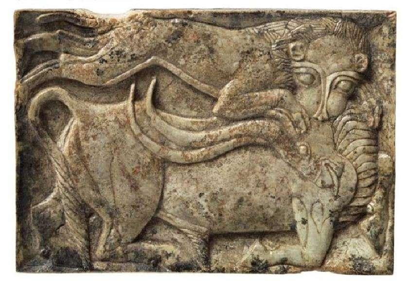 Λιοντάρι επιτίθεται σε ταύρο· παράσταση σε πλακίδιο από ελεφαντόδοντο. 14ος-13ος αιώνας π.Χ. Μυκήνες. Εθνικό Αρχαιολογικό Μουσείο.