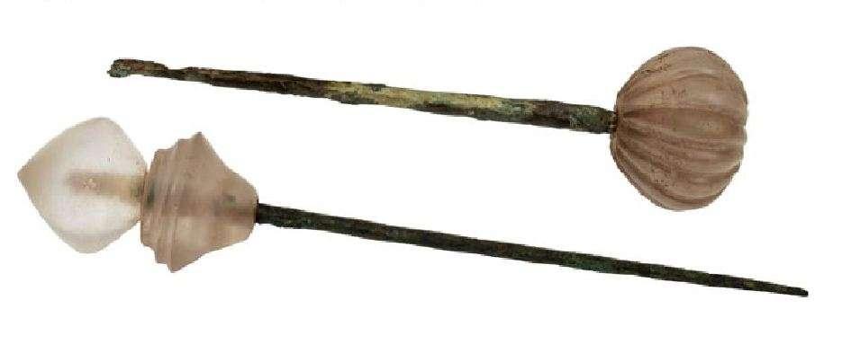 Χάλκινες περόνες με κεφαλή από ορεία κρύσταλλο.16ος αιώνας π.Χ. Μυκήνες. Εθνικό Αρχαιολογικό Μουσείο.