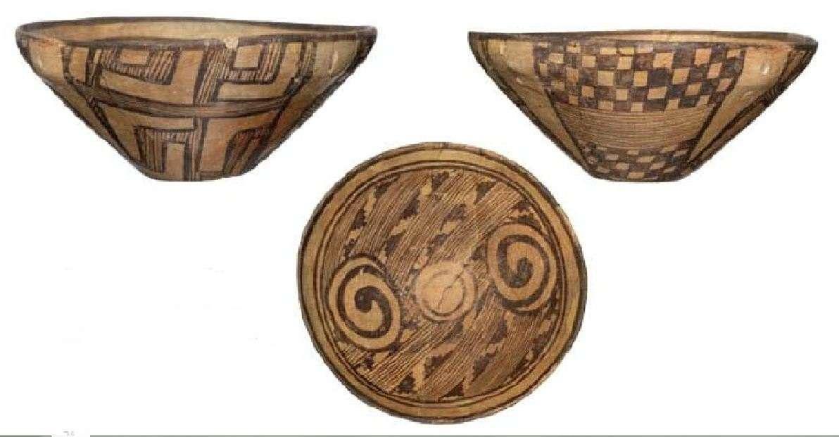 Πήλινες νεολιθικές πλάκες· κεραμικός ρυθμός Διμηνίου. Οικισμός Διμήνι Μαγνησίας. Νεότερη Νεολιθική Περίοδος (4800-4500 π.Χ.) Εθνικό Αρχαιολογικό Μουσείο. Αθήνα. Neolithic clay slabs; Pottery rhythm. Settlement of Dimini Magnisia. Modern Neolithic Period (4800-4500 BC) National Archaeological Museum. Athena.