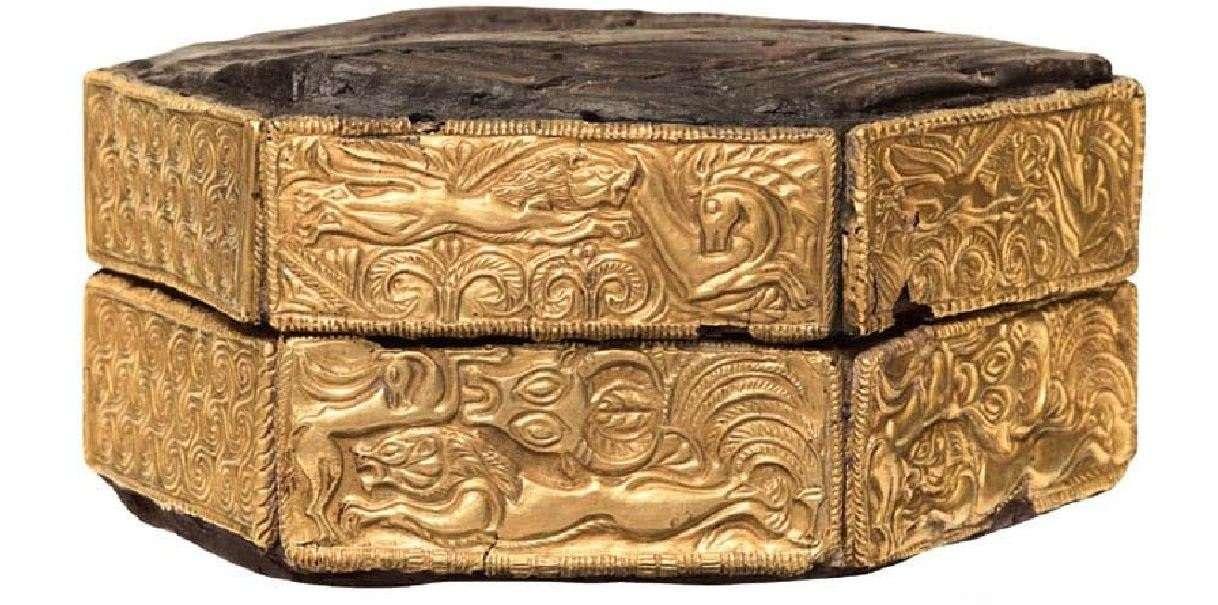 Ξύλινη εξαγωνική πυξίδα με χρυσά ελάσματα και παραστάσεις κυνηγιού. 16ος αιώνας π.Χ. Μυκήνες. Εθνικό Αρχαιολογικό Μουσείο. Wooden hexagonal compass with gold plates and hunting shows. 16th century BC Mycenae. National Archaeological Museum.