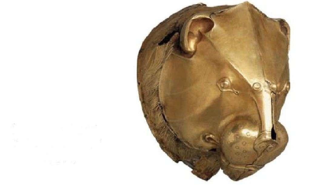 Χρυσό σφυρήλατο ρυτό σε σχήμα κεφαλής λιονταριού. 16ος αιώνας π.Χ. Μυκήνες. Εθνικό Αρχαιολογικό Μουσείο. Gold wrought-lion rhinestone shaped like a lion's head. 16th century BC Mycenae. National Archaeological Museum.