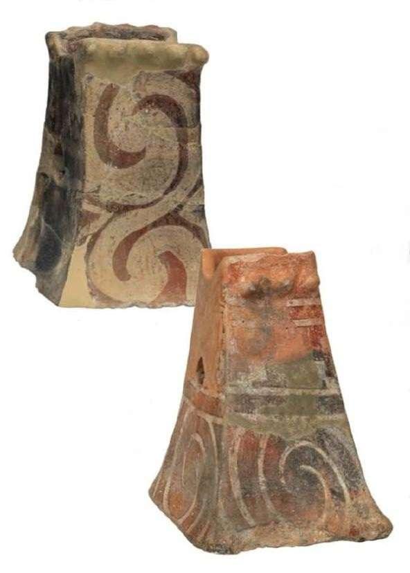 Πήλινα σκεύη σε σχήμα κόλουρης πυραμίδας· ίσως χρησίμευαν ως στηρίγματα των οβελών (σούβλες) κατά το τελετουργικό ψήσιμο των κρεάτων στις θυσίες. Νεολιθικός οικισμός Σέσκλου Μαγνησίας. Τελική Νεολιθική Περίοδος (3700-3300 π.Χ.) Εθνικό Αρχαιολογικό Μουσείο. Αθήνα. Clay pyramid-shaped utensils; they may have served as a support for spits during the ceremonial roasting of meat in sacrifices. Neolithic settlement of Sesklo, Magnesia. Final Neolithic Period (3700-3300 BC) National Archaeological Museum. Athena.