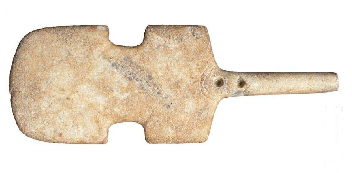 Μαρμάρινο βιολόσχημο ειδώλιο που αποδίδει την ανθρώπινη μορφή. Κίμωλος. Πρωτοκυκλαδική Ι περίοδος. (3200-2800 π.Χ.). Εθνικό Αρχαιολογικό Μουσείο. Αθήνα.