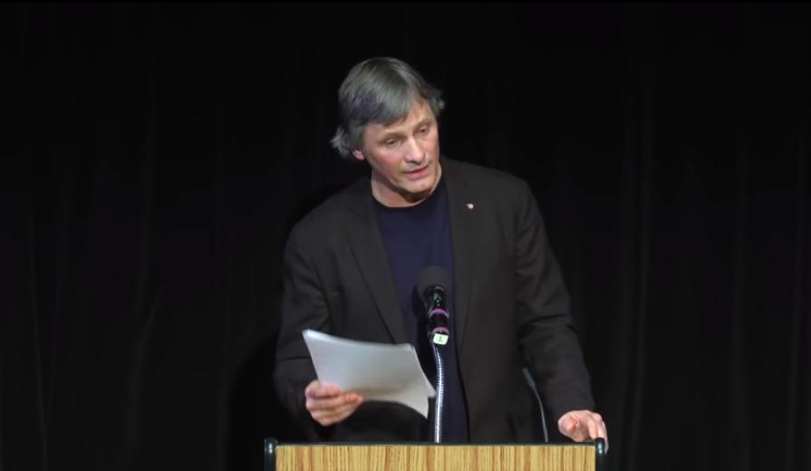 Ο Βίγκο Μόρτενσεν διαβάζει την ομιλία του Αλμπέρ Καμύ στην Ακαδημία Νόμπελ