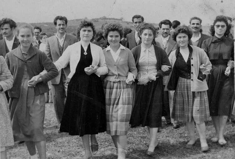 Γυναίκες της Ιερισσού χορεύοντας τον Καγκελευτό στο Μαύρο Αλώνι [Φωτογραφία της Υψηλάντης Σοφίας]
