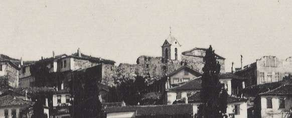 Τμήμα του κάστρου της παλιάς Ιερισσού (απόσπασμα). Διακρίνεται το καμπαναριό και η εκκλησία. [Αρχείο Χρήστου Καραστέργιου]