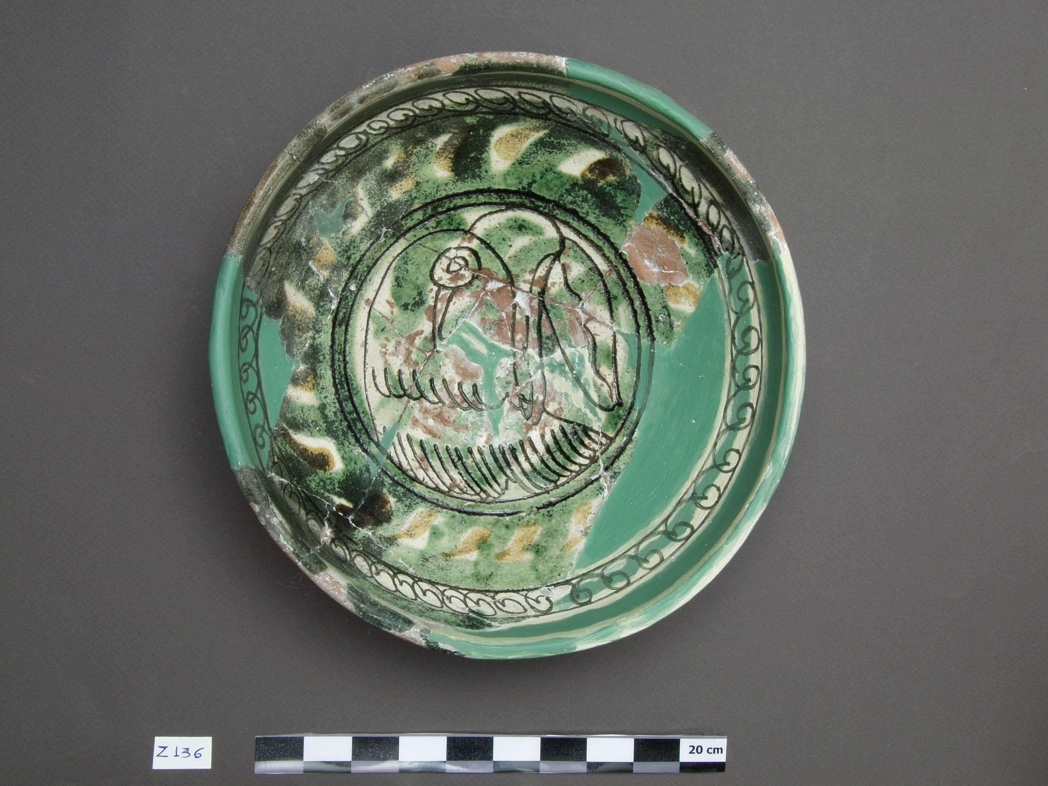 Εφυαλωμένη κούπα από εργαστήριο της Ιερισσού 12ος αι. Βρέθηκε στη μονή Ζυγού στην Ουρανούπολη.