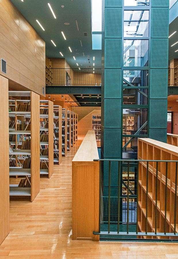 Η Κοβεντάρειος Βιβλιοθήκη, η οποία γίνεται και η πρώτη δανειστική βιβλιοθήκη στον οθωμανοκρατούμενο ελλαδικό χώρο, αρχίζει σταδιακά να μεγαλώνει δεχόμενη τις δωρεές επιφανών Κοζανιτών και ιεραρχών.