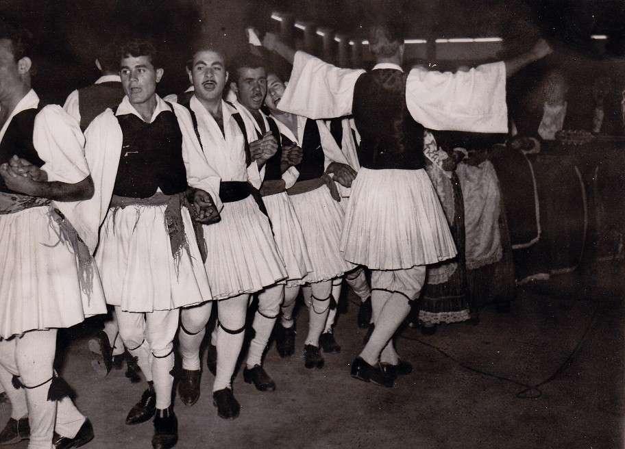 1959, χορευτικό συγκρότημα της Ιερισσού στη Δ.Ε.Θ.. Διακρίνονται οι: Αλέκος Σφυριστού, Χριστόδουλος Σακελλαρίου, Στέλιος Λαγόντζος, Νάσος Γιαννάκης [φωτογραφία της Α. Τσιριγώτη]